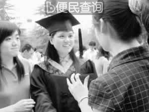 """""""怪病少女""""杨晓霞捐献治疗余款"""